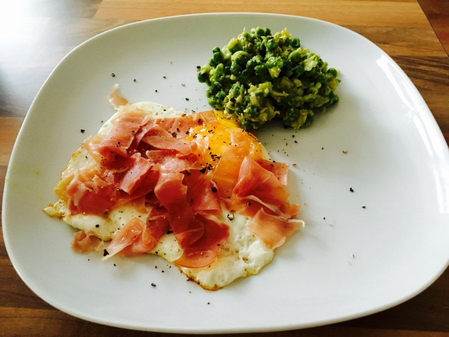 Fried egg with Parma Ham and garden peas guacamole